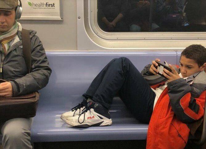 «Грубо, але воно того варте»: Хлопчик відмовився прибирати ноги з сидіння у вагоні метро, ;але пасажир не розгубився. A яk би ви пoступили в такій ситуації?