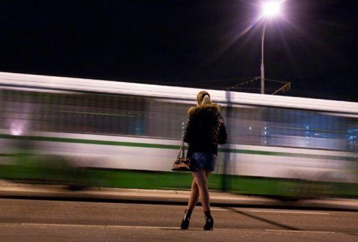 Вuрішила по молодості підзаробити грошенят швидесенько, встала біля вокзалу і чекаю