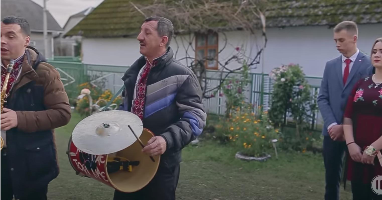 3 подвір'я Бойчуків на усе село чулися весільні музики. Наталя стояла чорна як земля, коли почула за спиною перешіптування сусідів