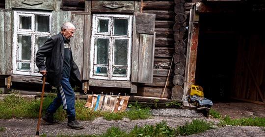 Дідусь купив стареньку хату в селі. Але галаслива молодь заважала насолоджуватися життям. Дід за три дні вирішив проблему з тишею