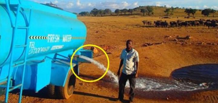 Цей чоловік кілька годин віз 3000 літрів води, щоб вилити її на землю. Подивіться, що станеться, коли відкриє кран