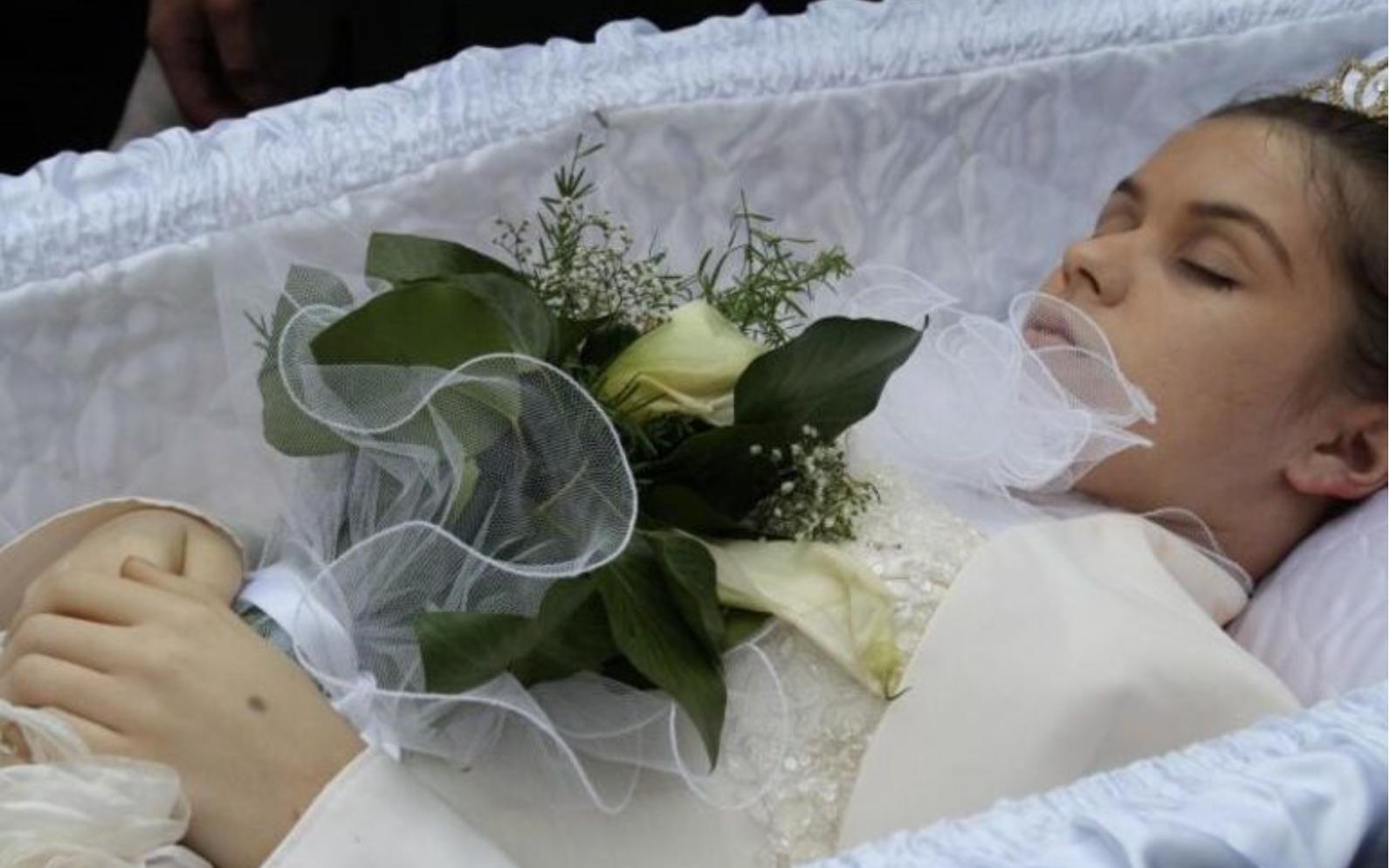 Їй було всього 16… П0бивалися батьки та все село ридало: Не дочекалась дівчинка свого весілля. Вбрала весільне плаття, але не в 3АКС, а у тpyнy. Схилився над нею востаннє наречений…
