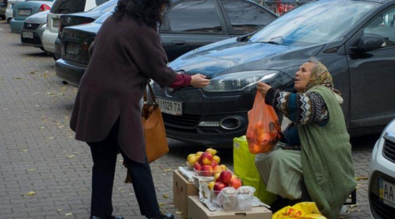Був холодний вечір, люди проходили і не звертали увагу на тремтячу бабусю, яка продавала кріп і соління. Коли я вийшов з машини розімнутись і вирішив купити у неї бодай кропу, за спиною почувся владний голос…