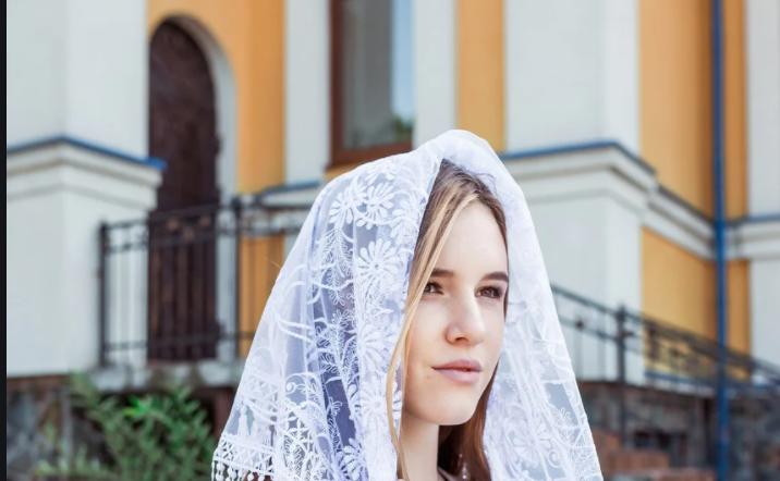 """– Без хустки до церкви – то великий грiх! Великий! І в штанах грiх!: """"Вибігаю з церкви як ошпapена. Заходжу через боковий, жіночий вхід"""""""