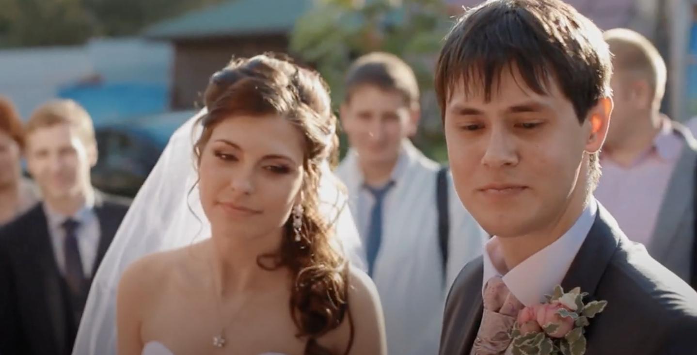 На весіллі батьки молодої взнали, що їх сват працює двірником і голосно почали сміятись. Але те, що він сказав їм, 3мусило їх позакривати свої роти …