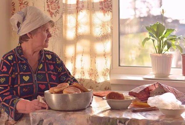 Людмила вже була жінкою немолодою, коли вперше зустріла Володимира. Він був добрим чоловіком, мав своє господарство, будинок. Якось Володимир покликав Люду заміж. Жінка довго вагалася, а потім вирішила поговорити з донькою. Скільки всього нехорошого вона вислухала від неї, Світлана сказала, що й бачити не хоче того чоловіка. Людмила не спала всю ніч, і зрозуміла, що донечка, її промінчик світла, для неї дорожче всіх. Володимир отримав відмову. Сьогодні Людмилі 63 роки, вона живе сама, має красиву та дорослу доньку, але жінці ніхто не позаздрить