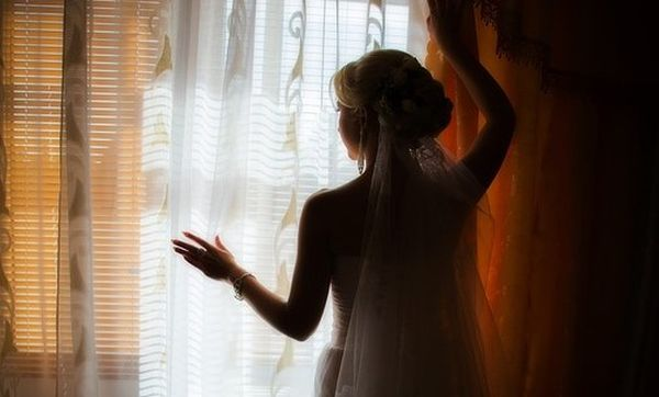 На моє весілля батько не приїхав, була лише мама. Коли свято скінчилося, вона підійшла і вручила конверт від батька, в ньому було 5 тисяч гривень. Мама відразу поспішила додому, нічого не пояснюючи. А через 2 тижні до мене зателефонував батько, запитав чи сподобався мені його подарунок. Після його розповіді я сумна поїхала до мами додому, ніколи від неї не чекала зради